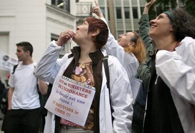 Manifestation de chercheurs au CNRS (19 juin 09)-jpg