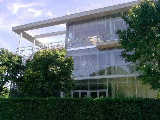 Le bâtiment avec les nouvelles salles de cours, et une terrasse-jpg